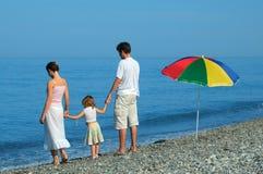 Familie met kind op kust Royalty-vrije Stock Afbeelding