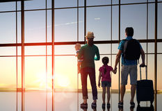 Familie met kinderen bij de luchthaven Royalty-vrije Stock Fotografie