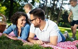 Familie met kinderen die van een de zomerdag genieten samen openlucht royalty-vrije stock afbeeldingen