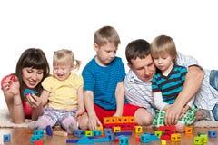Familie met kinderen op de vloer Royalty-vrije Stock Fotografie