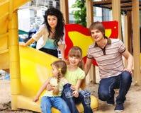 Familie met kinderen op dia openlucht. Stock Afbeeldingen