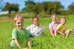 Familie met kinderen op een weide royalty-vrije stock afbeelding
