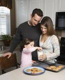 Familie met koekjes. stock afbeeldingen