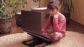 Familie met laptop stock videobeelden