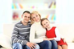 Familie met meisjeszitting royalty-vrije stock foto