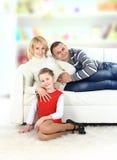 Familie met meisjeszitting stock foto