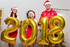 Familie met nieuwe jaarballons Stock Foto's