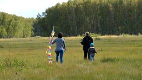 Familie met regenboogvlieger openlucht stock video
