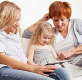 Familie met tabletcomputer thuis Stock Foto's