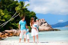 Familie met twee jonge geitjes op vakantie Stock Foto
