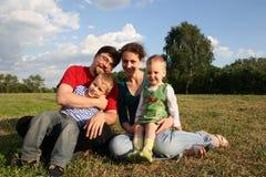 Familie met twee kinderen Stock Afbeelding