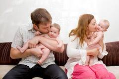 Familie met twee uiterst kleine babystweeling Royalty-vrije Stock Foto