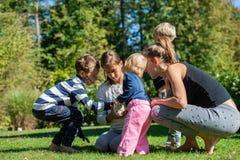Familie met vier jonge geitjes met hun huisdierenkonijn royalty-vrije stock foto's
