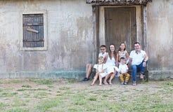 Familie met vijf kinderen openlucht dichtbijgelegen huis stock foto's