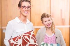 Familie met vloertegels in het huisverbetering opslag stock foto's