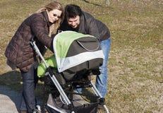 Familie met Wandelwagen Stock Afbeeldingen
