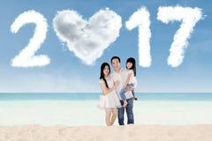 Familie met wolk 2017 bij kust Royalty-vrije Stock Afbeeldingen