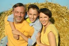 Familie met zoon bij tarwegebied Stock Afbeeldingen