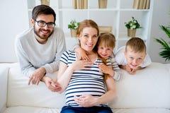 Familie met zwangere moeder stock foto's