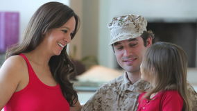 Familie met Zwangere Moeder en Militaire Vader stock footage