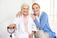 Familie mit älterer Frau zu Hause stockbild