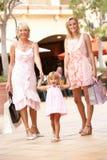 Familie mit 3 Erzeugungen, die das Einkaufen genießt Lizenzfreie Stockfotos