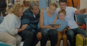 Familie mit Auflage im Wartenraum des Flughafens stock video