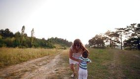 Familie mit Baby in der Träger, die durch Park geht stock footage