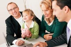 Familie mit Berater - Finanzierung und Versicherung Stockfoto
