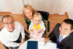 Familie mit Berater - Finanzierung und Versicherung Stockfotos