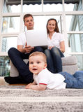 Familie mit Computer Stockfotografie