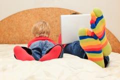 Familie mit Computer zu Hause Lizenzfreie Stockfotos