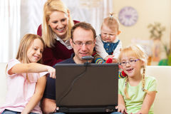 Familie mit dem Computer, der Videokonferenz hat Lizenzfreie Stockfotos