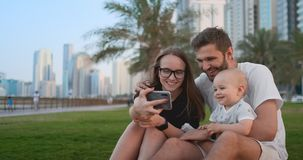Familie mit dem Kind, das Video-selfie macht stock footage