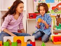 Familie mit dem Kind, das Ziegelsteine spielt Lizenzfreies Stockfoto
