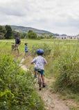 Familie mit dem Kinderradfahren Lizenzfreies Stockbild
