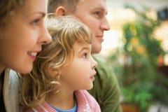 Familie mit dem Mädchen, das vorwärts schaut Lizenzfreie Stockbilder