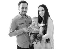 Familie mit dem neugeborenen Babykind lokalisiert auf weißem Hintergrund Stockbild