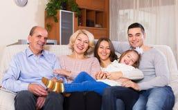 Familie mit den großartigen Kindern, die zuhause aufwerfen Stockfotos