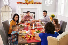 Familie mit den Großeltern, die bei Tisch Danksagungs-Mahlzeit genießen Lizenzfreie Stockfotografie