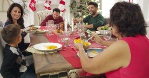 Familie mit den Großeltern, welche die Weihnachtsmahlzeit geschossen auf R3D genießen stock footage