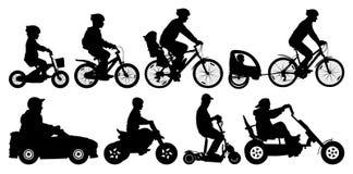 Familie mit den Kindern, die auf Fahrräder reisen In den Wald, von der Radfahrerperspektive radfahren Radfahrer mit einem Kinders Lizenzfreies Stockfoto
