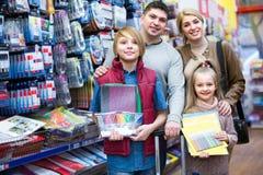 Familie mit den Kindern, die Briefpapier im Speicher wählen Lizenzfreie Stockfotografie