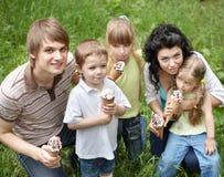 Familie mit den Kindern, die Eiscreme essen. Lizenzfreie Stockfotografie