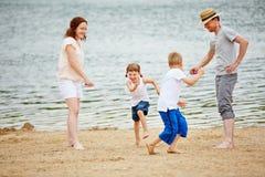 Familie mit den Kindern, die mit Seilspringen im Sommer spielen lizenzfreie stockfotos