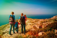 Familie mit den Kindern, die in den Sommerbergen wandern Stockfotos