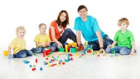 Familie mit den Kindern, die Spielwarenblöcke spielen Lizenzfreies Stockbild