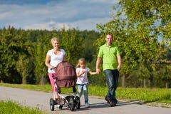 Familie mit den Kindern, die Weg haben lizenzfreies stockbild