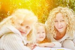 Familie mit den zeichnenden und malenden Kindern Stockfotografie
