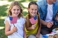 Familie mit der amerikanischen Flagge, die ein Picknick hat Stockbild